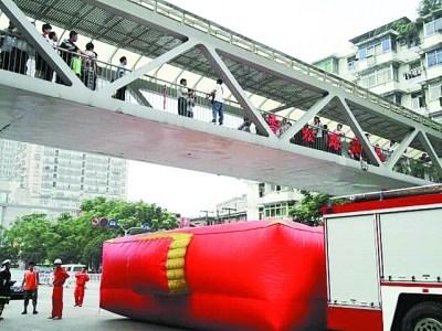 武汉长江二桥建成17年 百余人次跳桥(图)