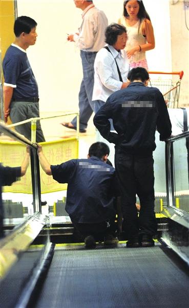 北京一超市行人扶梯突然断裂承重超载无人受伤
