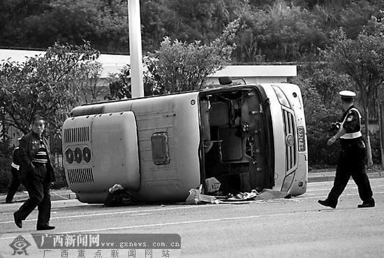 柳州 颜篁/急刹车后,客车侧翻在地上。记者颜篁摄