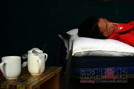黄敏躺 栗塘 陈勇/11月13日,同升湖栗塘小区附近,黄敏躺在病床上,旁边放着丈夫...