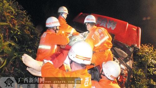 钦州 广西/一名被困者被救出。...