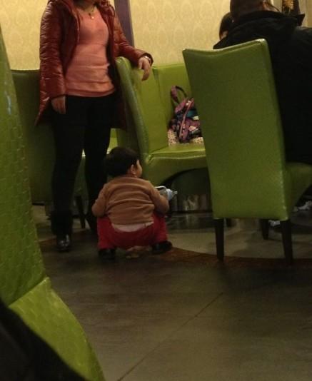 餐厅内2岁女孩随地方便