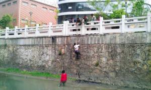 女中学生结伴下河玩耍陷泥潭遇险图 中新网