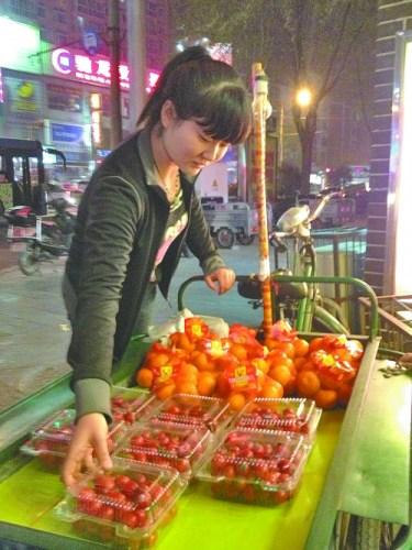 女孩连轴转撑起贫困家白天当护士夜晚卖水果(图)