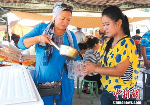 杨文浩/阿依古丽冷饮摊位前坐满了顾客。杨文浩摄
