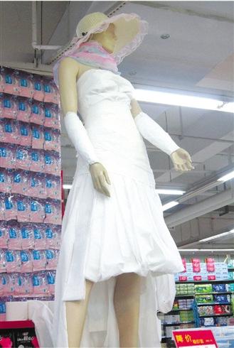 世纪联华内模特穿着卫生纸做的晚礼服.
