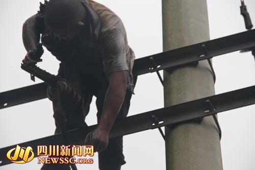 今日下午,新都一男子爬上一座高压线接线,不幸触电身亡.