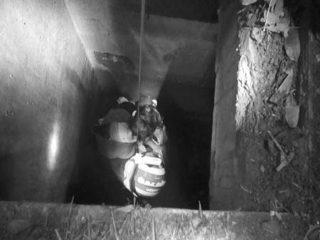 女子走夜路跌进5米深井 被消防救起受轻伤(图)