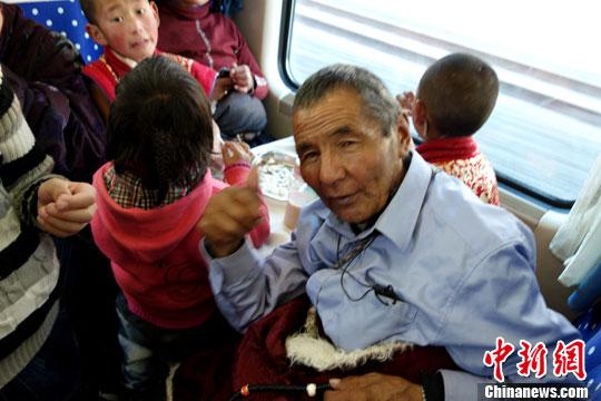 青藏列车上前往拉萨朝圣的藏人们