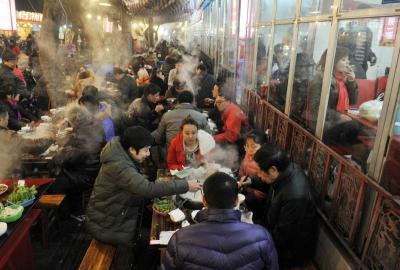 成都土豪羊肉冬至日160元一斤 市民冒雨排队吃