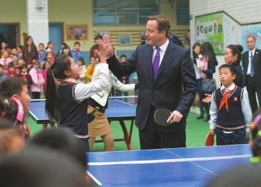 卡梅伦在成都与小学生打乒乓球 回答网友5个问题