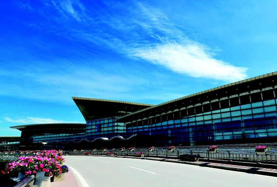 旧貌换新颜的太原武宿国际机场1号航站楼,明年元旦将正式启用。届时,多家航空公司将搬进新家运行。   太原武宿国际机场1号航站楼始建于1992年,2009年3月开始改造。改造后的1号航站楼建筑面积有所增加,达到2.6万余平方米,约是2号航站楼的二分之一。   现在的1号航站楼,整体建筑由多个三角形组成,远远望去,多片三角形屋面交错起伏,犹如一架展翅欲飞的三角翼飞行器。这个形象,正好突出了航空业特点。另外,为了传承三晋历史文脉,1号航站楼在改造设计中,多处使用数字三,看起来既雄浑、飘逸,又具有现