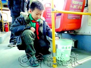 小学生曹宸卿设计了公交车用的可拆卸垃圾桶.记者 孟燕 摄图片