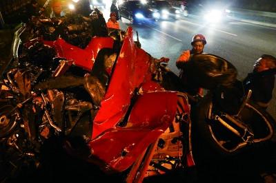 北京红色法拉利轿车撞护栏几成碎片1死2伤(组图)