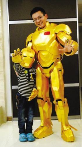 80后老爸自制钢铁侠战衣6岁儿子趴身边看一月 高清图片