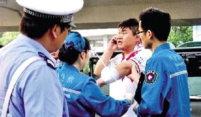 扎伤/120急救人员包扎被扎伤的司机。