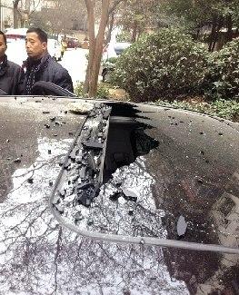 水泥块落下砸中楼下英菲尼迪车 天窗框被击毁(图)
