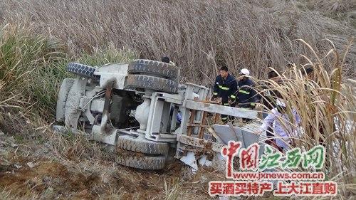 九江一叉车不慎翻入路边深沟司机被压车底(图)
