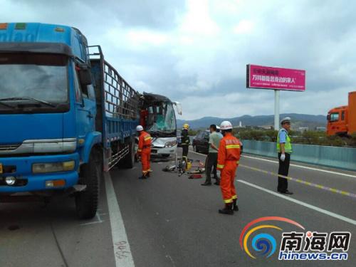 海南东线高速路旅游大巴车追尾卡车 致一人身亡