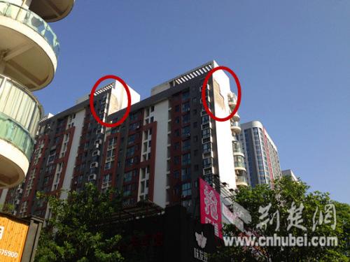 武汉一小区逢大风外墙脱落巨型水泥块砸中汽车