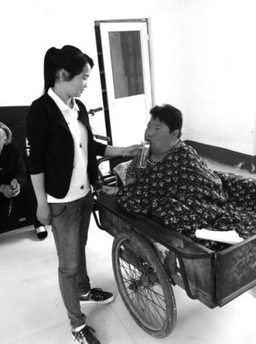 女子8岁开始照顾瘫痪母亲:我要带妈妈一起出嫁