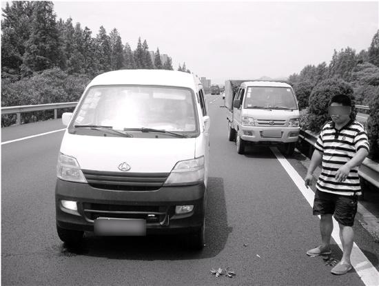 两名司机高速上开斗气车斗到超车道上停车打架