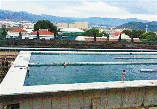 两男子自来水蓄水池洗澡相关部门:未影响水质