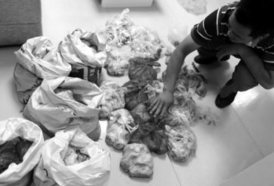 小老板攒8万枚1毛硬币用蛇皮袋装四处兑换无果