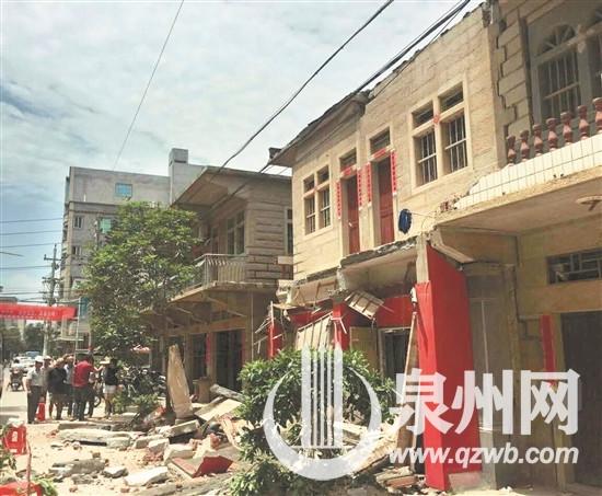 福建一民房二楼阳台坍塌砸伤隔壁泡茶大叔