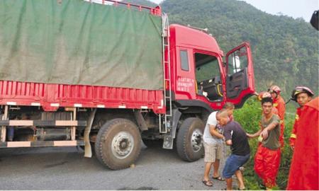 11米长货车山路遇险司机踩死刹车一小时等救援