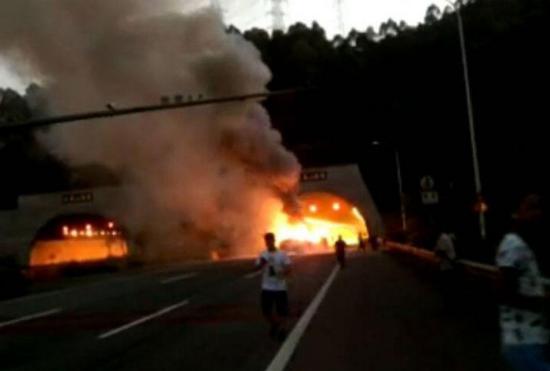 广河高速隧道口发生五车相撞事故无人员伤亡
