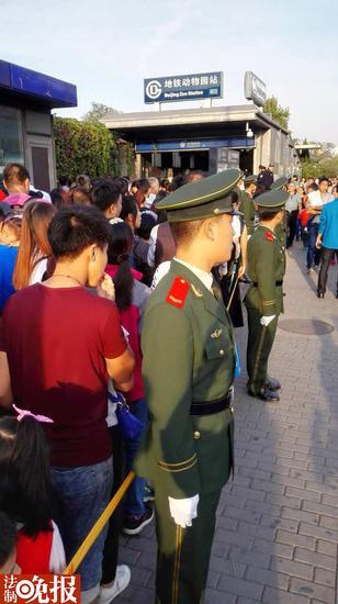 北京动物园地铁口限流 武警,警察拉人墙分流(图)