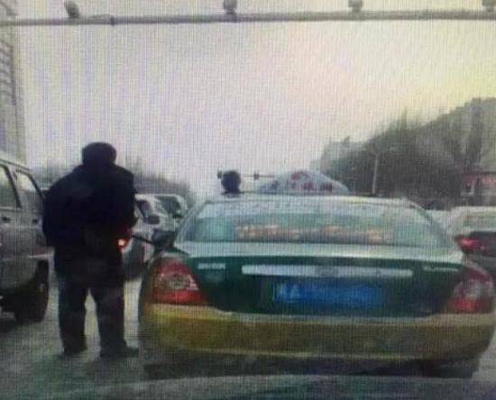 哈爾濱的哥馬路中間小便 被頭頂監控全城直播