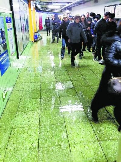 北京地铁东直门站管道冻裂跑水 银座出入口关闭