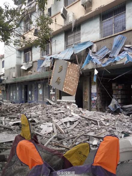 江西萍乡楼房坍塌目击:上面3层坍塌下面店面受损