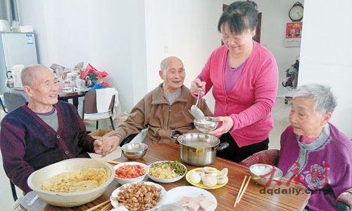 孝顺儿媳伺候瘫痪公婆连父亲92岁发小也照顾(图)