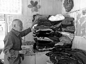 九旬老人设中转站免费送衣物 每天搜集闲置物
