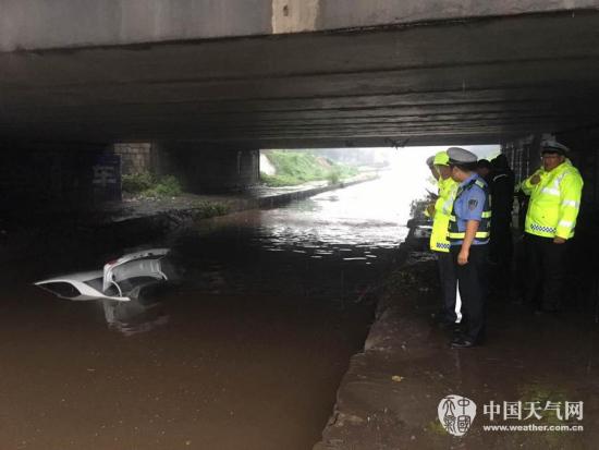 邯郸发布暴雨红色预警信号 多路段积水倒灌便道