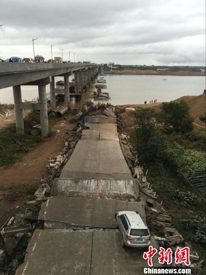 江西泰和县一废弃老桥发生坍塌已救出5人仍失联3人