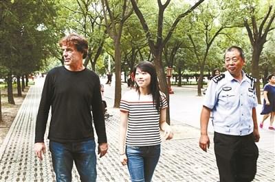 女孩和养父、民警在一起
