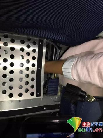 女子座椅裂缝取玩具被卡手高铁被迫超停半个多小时