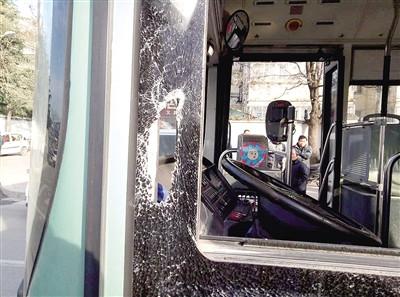 宝马司机逼停公交持棍棒砸碎玻璃只因一句话(图)