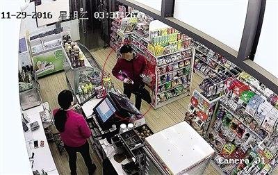 女店员挥电棍对峙持刀劫匪给800多元后报警擒匪