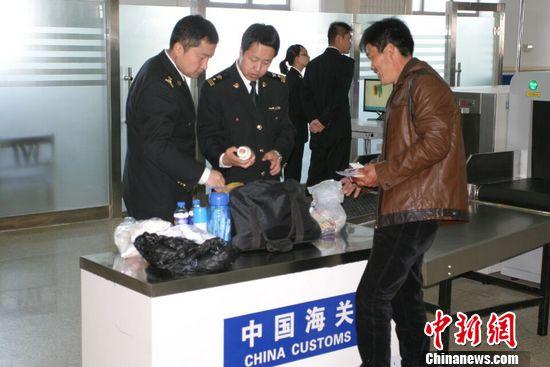 中国最大对俄陆路口岸迎中国在俄务工人员返乡潮