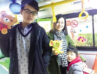 公交女车长元旦开车儿子给乘客们发礼物(图)