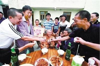114岁老人离世千人送行五世同堂子孙60多人(图)