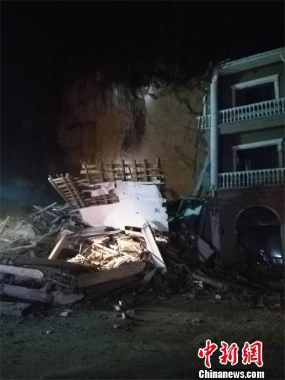 湖北南漳一酒店后山山体突发滑坡人员伤亡不详