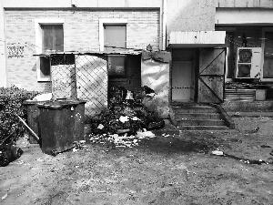烤鸭店厨余垃圾堆小区居民:两三天清一回不敢开窗