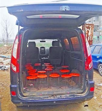 幼童黑校车上坠落被轧身亡车上摆放23个小板凳(图)