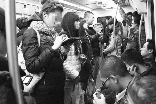 """""""低头族""""遇地铁急刹车摔伤地铁公司有多大责任?"""
